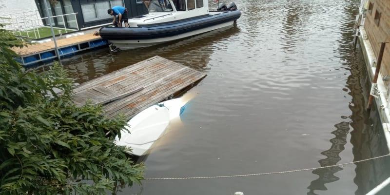 Hasiči ze Smíchova, Krče a potápěči zasahují ve smíchovském přístavu u potopené lodi.