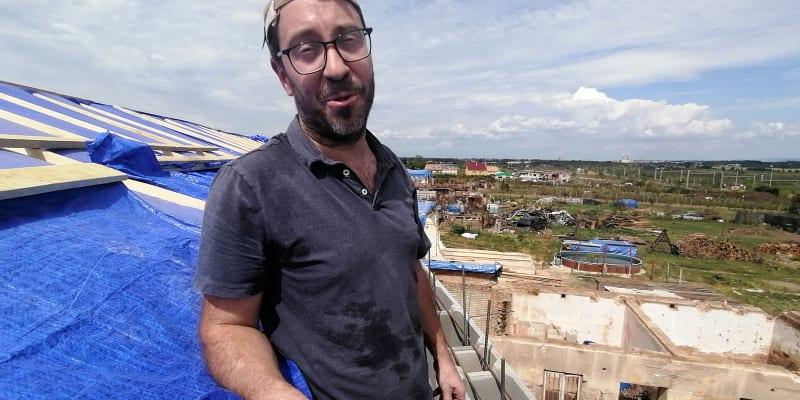 Dan Kalousek, šéfdirigent orchestru Městského divadla v Brně, na střeše domu Vojtěcha Svobody