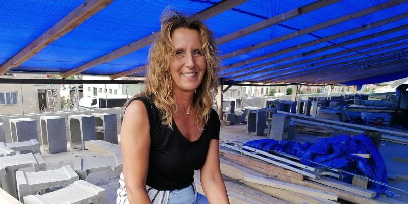 Dobrovolnice paní Barbora na střeše domu Vojtěcha Svobody