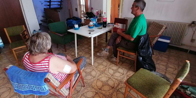 Těměř vše zničeno, v interiéru se podařilo zachránit jen několik kousků nábytku. Na snímku manželé Svobodovi.