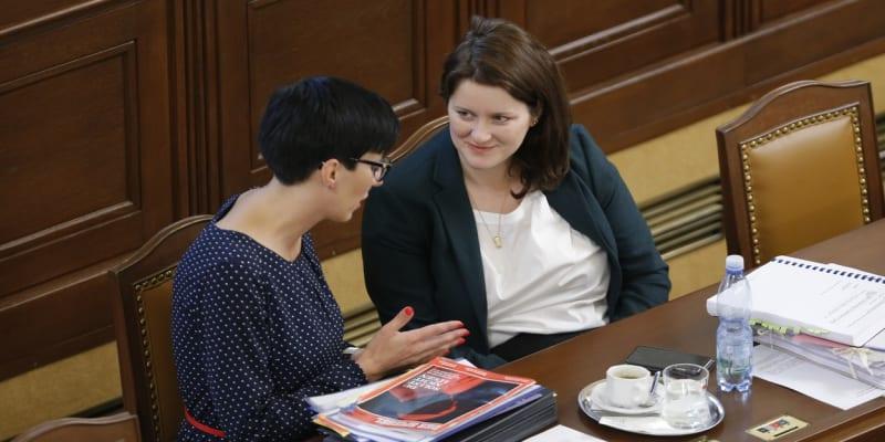 Ministryně práce a sociálních věcí Jana Maláčová (vpravo) a šéfka TOP 09 Markéta Pekarová Adamová ve Sněmovně v roce 2018