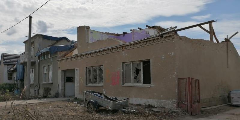 Lužice o svátcích. Po dvanácti dnech  se stejné místo vyčistilo. O dalších osudech domů v ulici ale každý den rozhodují statici.