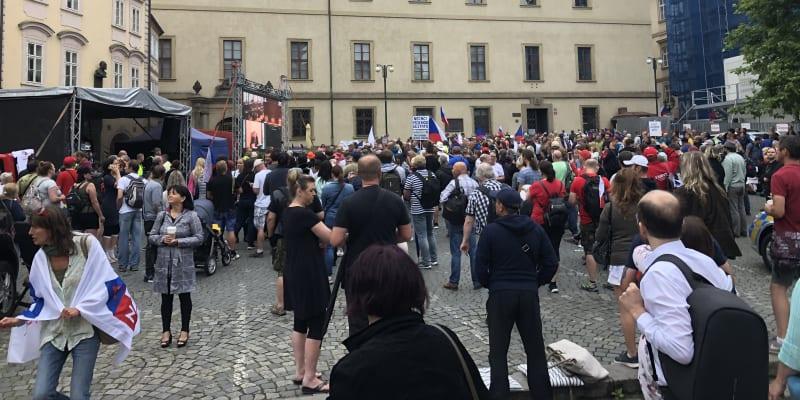 Lidé na Malostranském náměstí protestují proti vládním opatřením.