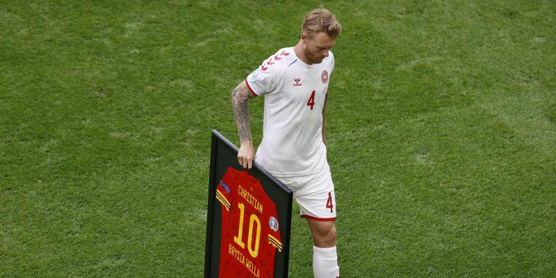 Dánský kapitán Simon Kjaer odnáší dres se jmenovkou Christian, který věnovali Walesané před osmifinále Eura 2021 jeho spoluhráči Eriksenovi, který zkolaboval v duelu s Finskem.