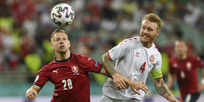 Český útočník Matěj Vydra (vlevo) se snaží obejít dánského kapitána Simona Kjaera ve čtvrtfinále Eura 2021, které Dánové vyhráli 2:1.