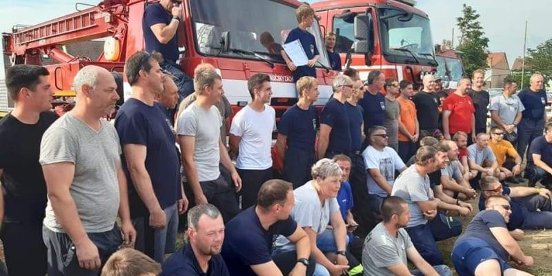 Na společné fotografii hasičů měl Dominik Glosa čestné místo, stál přímo ve předu na hasičském vozu. (