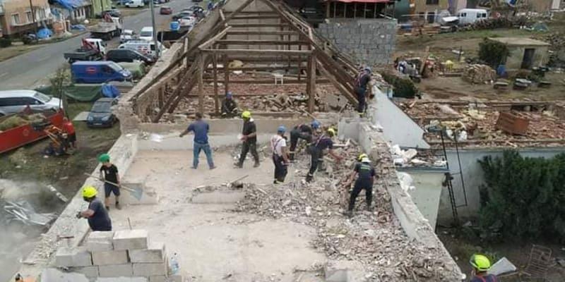 Dominik Glosa (v zelené přilbě) pomáhal hasičům dva dny bourat patro sousedního domu své babičky. (Autor: Facebook Flaabra Flábíka)