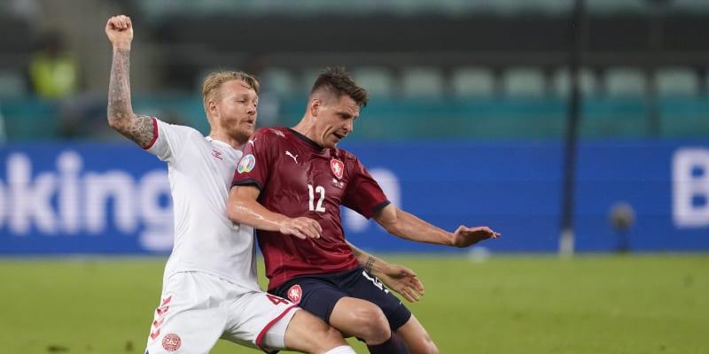Dánský obránce Simon Kjaer (vlevo) se snaží bránit českého záložníka Lukáše Masopusta ve čtvrtfinále Eura 2021. Dánové vyhráli 2:1.