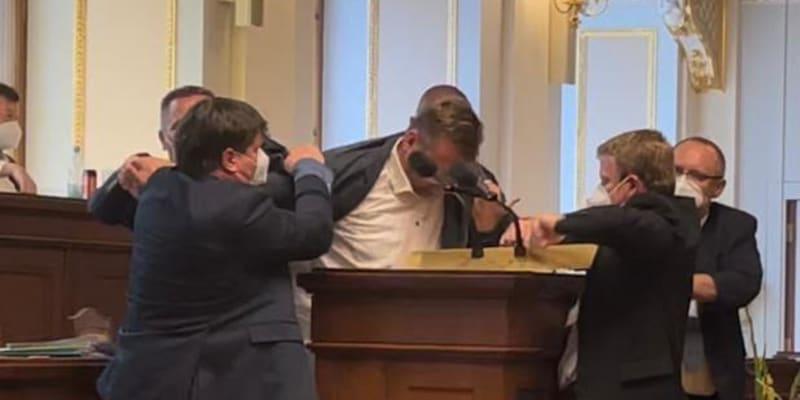 Poslanec Lubomír Volný odmítal opustit řečnický pultík.