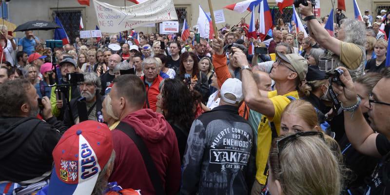 Demonstrace na Malostranském náměstí