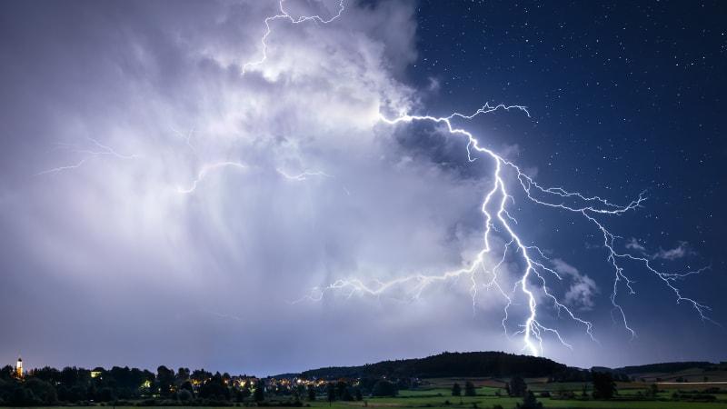 Na Česko se znovu ženou silné bouřky s přívalovým deštěm. Hrozí i povodně