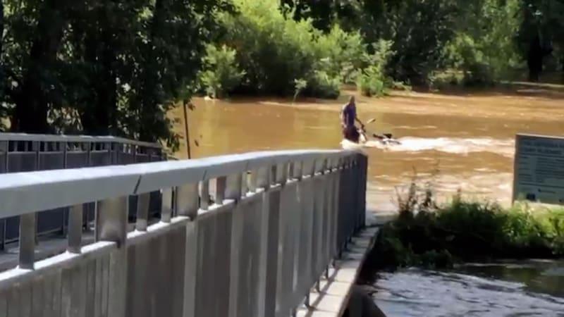 Po řece Úslavě na Plzeňsku připlul muž i s jízdním kolem