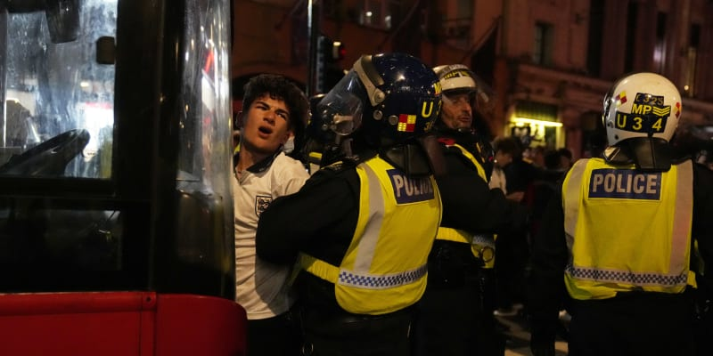 Policisté měli se slavícími anglickými fanoušky plno práce.