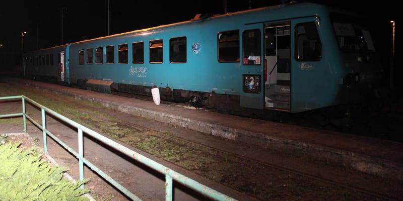 Vlak, který narazil do cementového kvádru.