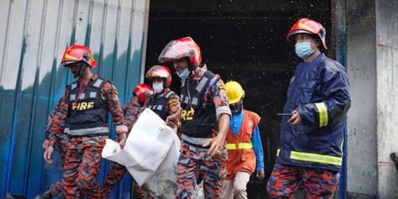 Při výbuchu továrny v Bangladéši zemřelo 52 lidí.