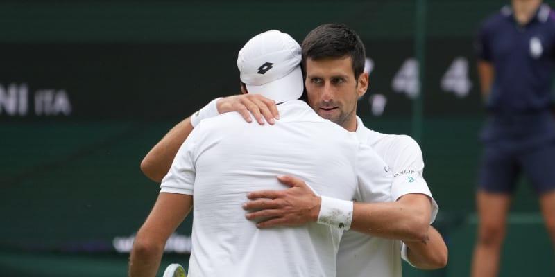 Novak Djokovič po výhře 6:7, 6:4, 6:4, 6:3 na Berrettinim potřetí v řadě ovládl Wimbledon.