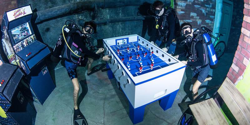 Potápěči mohou v hlubinách hrát i stolní fotbal.