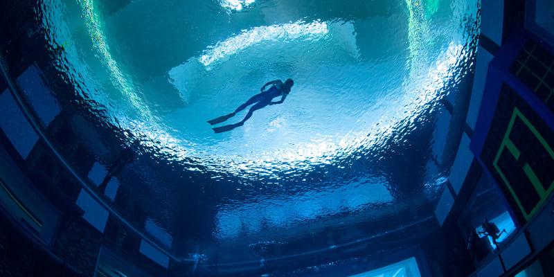 Bazén je hluboký 60 metrů.
