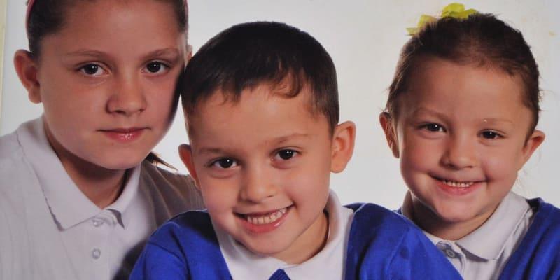 Děti Kalajů v britských školních uniformách