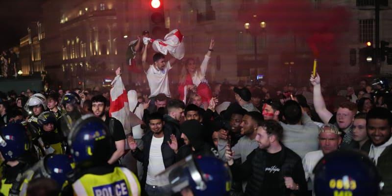 Angličané se po prohraném finále Eura v klidu do svých domovů nerozešli.