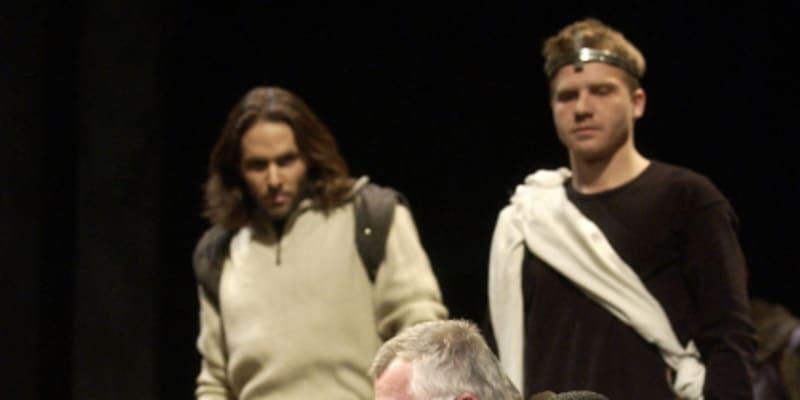 Zleva: Daniel Bambas (Lennox), Pavel Batěk (Malcolm) a Ladislav Potměšil (kapitán) ve hře Williama Shakespeara Macbeth, jejíž premiéru připravilo pražské Divadlo na Vinohradech.