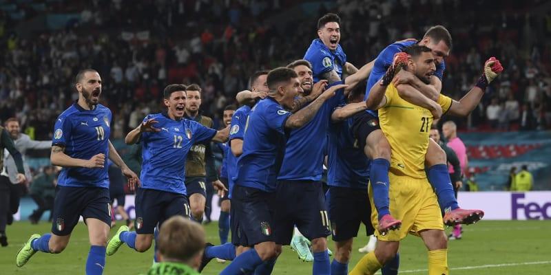 Všichni na hrdinu. Brankář Gianluigi Donnarumma italské reprezentaci v penaltách vychytal titul mistrů Evropy.