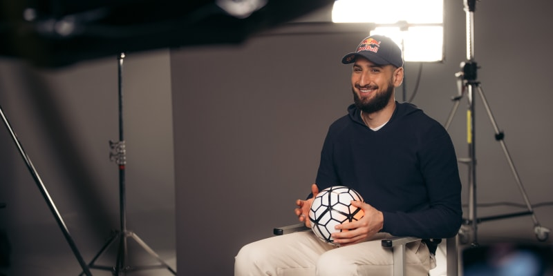 Italský brankář Gianluigi Donnarumma se směje při natáčení dokumentu pro sponzora Red Bull, který vznikl ještě před Eurem 2021.