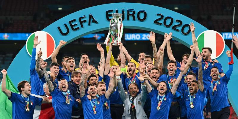 Trofej pro mistry Evropy patří Itálii.