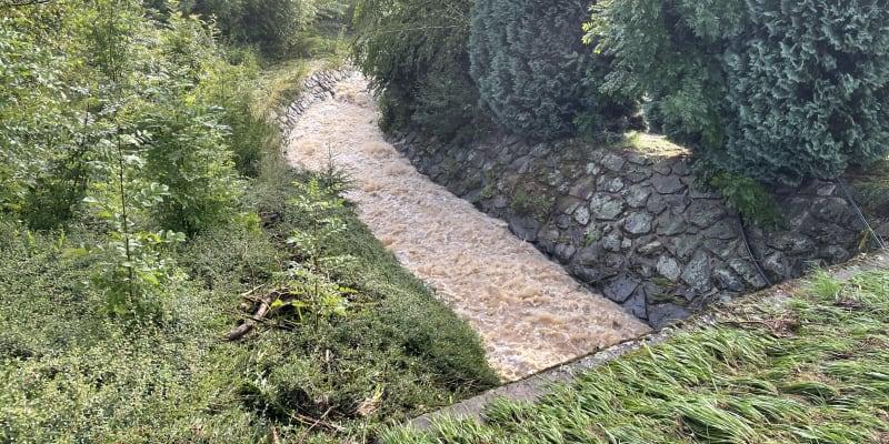 V Nové Vsi u Chotěboře přetekla voda z hráze.