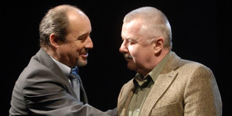 Viktor Preiss jako ministr pro administrativní záležitosti James Hacker (vlevo) a Ladislav Potměšil v roli generálního tajemníka odborů státních zaměstnanců v dopravě Rona Watsona při zkoušce divadelní komedie Jistě, pane ministře, která se konala v pražském Divadle na Vinohradech.