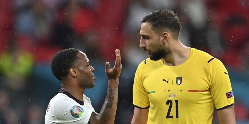 Anglický útočník Raheem Sterling debatuje během finále fotbalového Eura 2021 s italským brankářem Gianluigim Donnarummou.