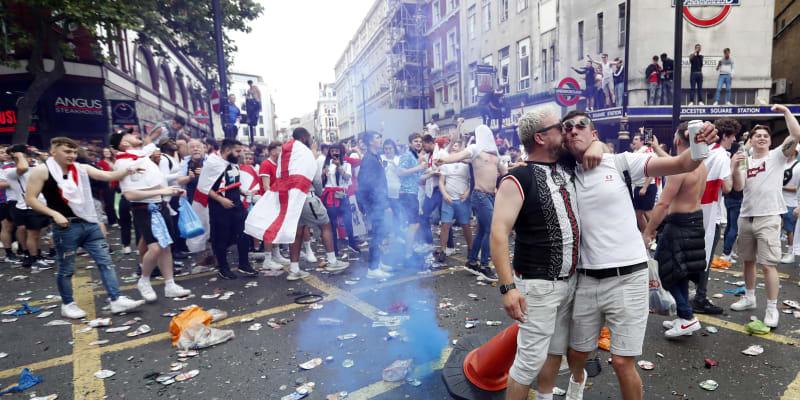 Nepokoje začaly v Londýně už před finálovým utkáním.
