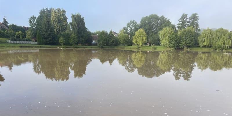 V Nové Vsi u Chotěboře přetekla voda z hráze.V Nové Vsi u Chotěboře přetekla voda z hráze.