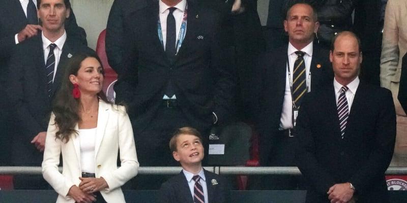 Princ William, jeho manželka Kate a syn George fandili na finále Eura 2020.