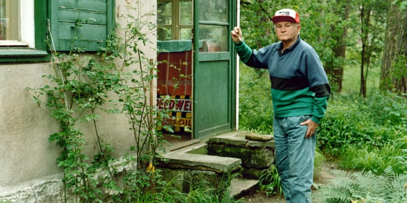 Bohumil Hrabal u své chaty v Kersku (snímek z roku 1994)