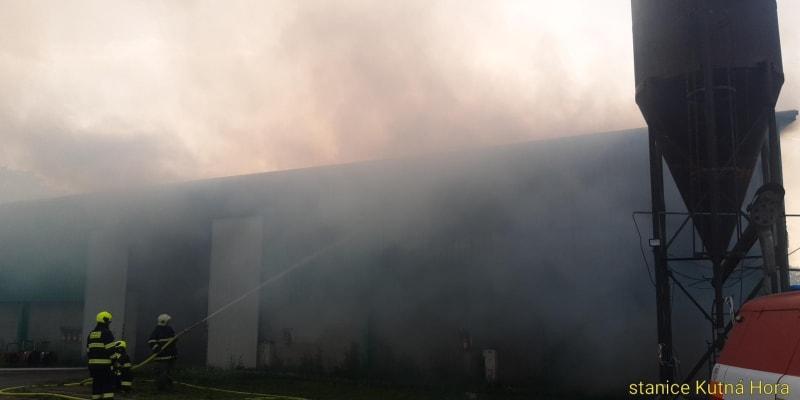 Hasiči Středočeského kraje zasahují u požáru stodoly, ve které je uskladněné seno.