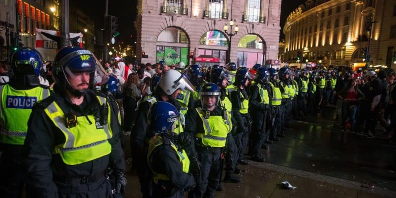 Řádění anglických fanoušků po finále Eura musela hlídat policie.