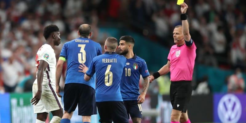 Chiellini dostal za svůj zákrok žlutou kartu. Odborníci ale spekulují, zda si nezasloužil červenou.