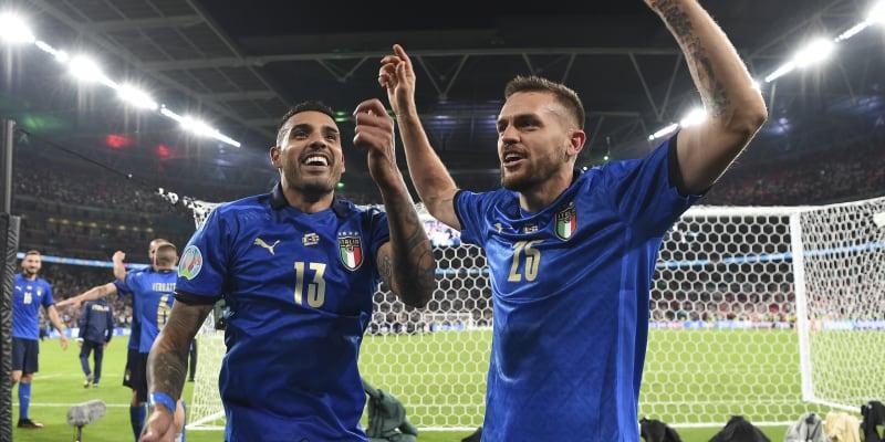 Rodáci z Brazílie Emerson (vlevo) a Rafael Tolói oslavují v barvách Itálie triumf na Euru.