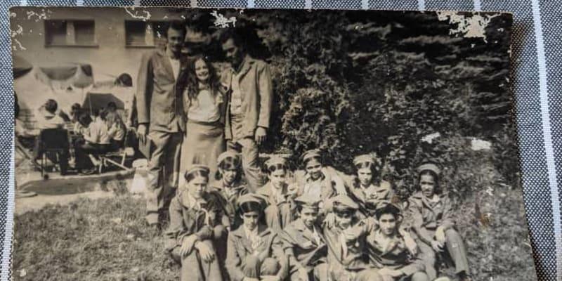 Společná fotografie s dětmi (autor: Charles Wrapner)