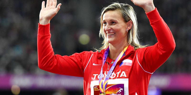 Špotáková se zlatou medailí na krku zdraví fanoušky v Londýně 2017.
