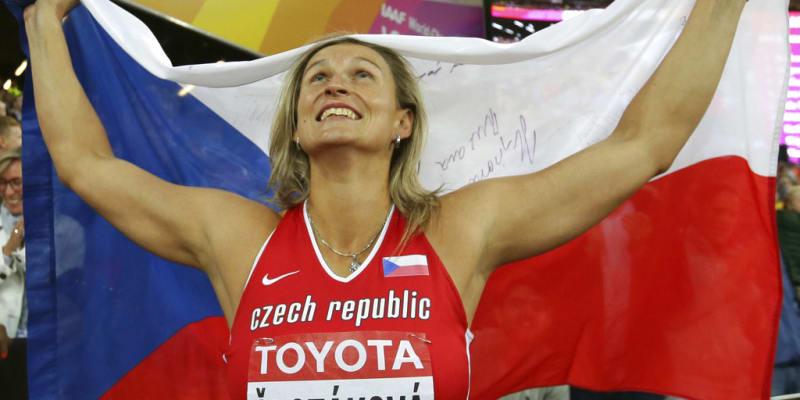 Špotáková s českou vlajkou na Mistrovství světa v atletice 2017 v Londýně
