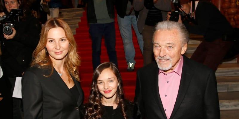 Karel Gott a se svou dcerou Charlotte nazpíval píseň Srdce nehasnou.