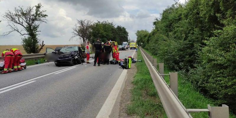 Vážná dopravní nehoda uzavřela před polednem hlavní tah I/33 z Hradce Králové směrem do Polska. U Předměřic nad Labem se srazila dvě auta.