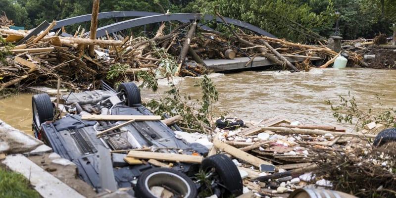 Bleskové záplavy v Německu za sebou nechávají zkázu.