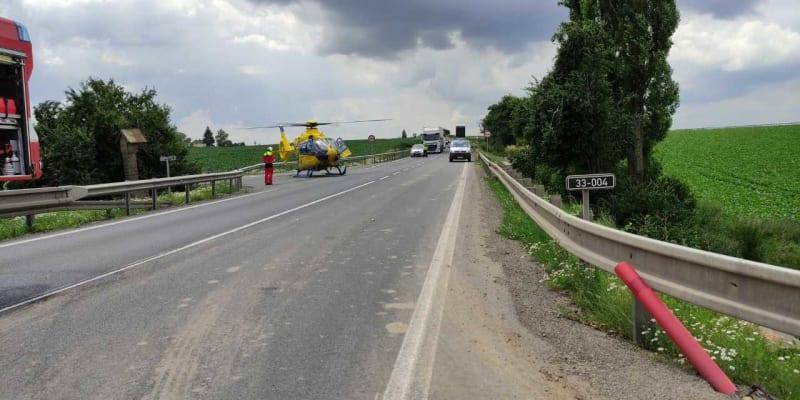 Při čelním střetu se zranilo celkem sedm lidí, z toho tři těžce. Dva lidi museli z aut vyprostit hasiči pomocí hydraulického nářadí.