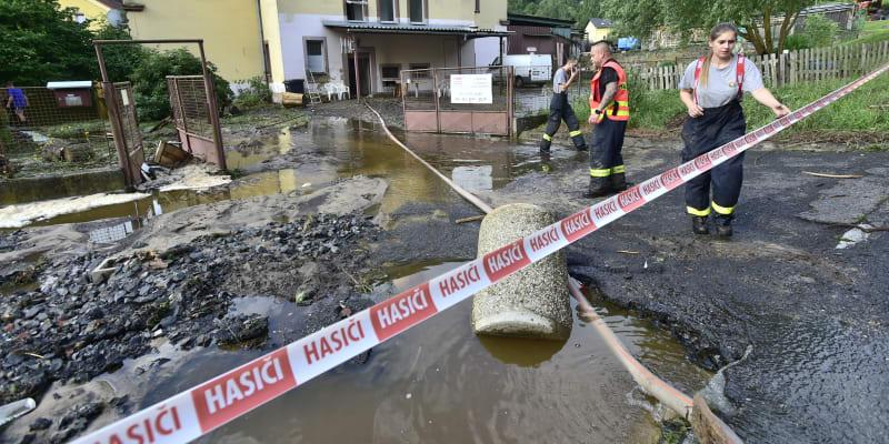 Hasiči odstraňují následky záplav v Saské ulici v Děčíně.