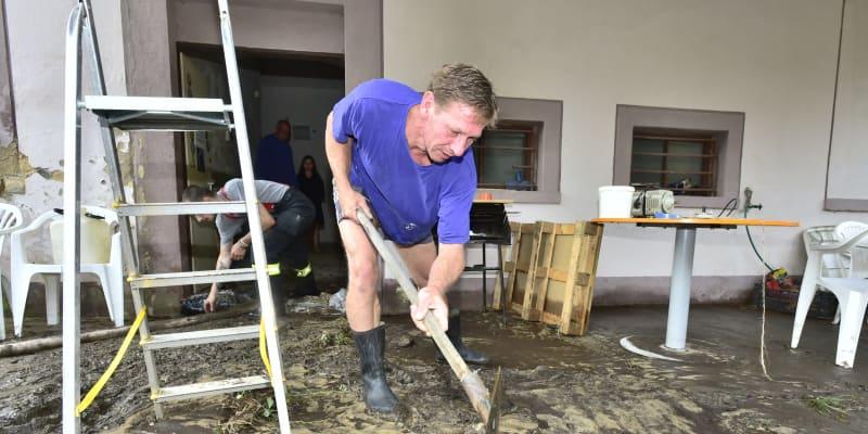 Lidé odstraňují následky záplav v Děčíně.