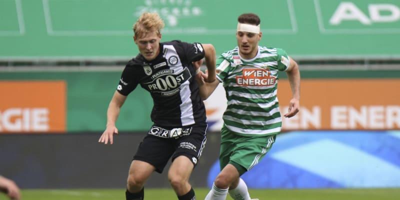 Ercan Kara (vpravo) dohrával dubnové utkání rakouské fotbalové bundesligy proti Putingarem Sturm Štýrský Hradec po zranění s obvazem na hlavě.