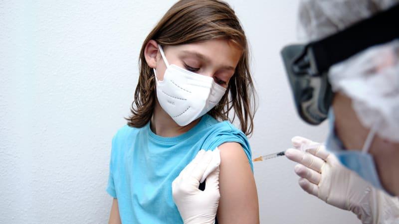 Další vakcína proti covidu pro děti od 12 let. V EU se budou moci očkovat i Modernou